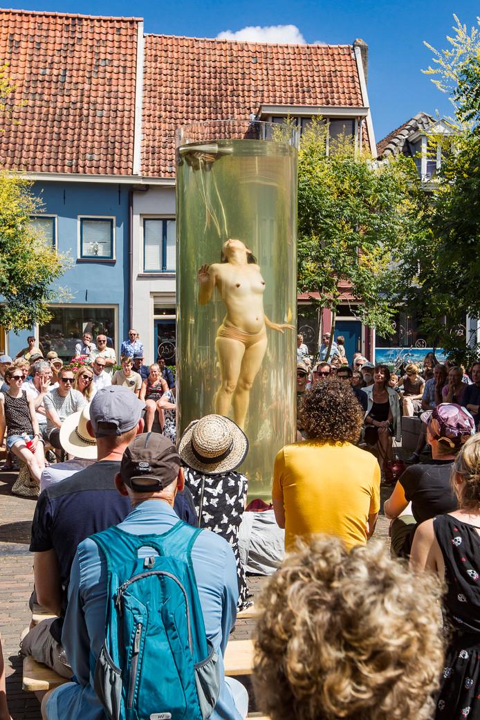 Hoe je danst in een watercilinder? Nou, gewoon je adem inhouden. Dat deed het publiek overigens ook op het Lamme van Dieseplein bij Noustube.