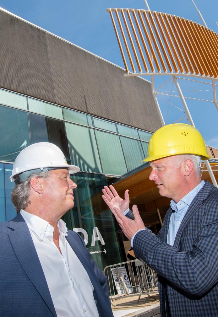 Jos Linthorst (l) en Maarten Timmer voor de nieuwe entree van CODA, waar Linthorst nu de laatste hand aan legt. De overname van Bouwbedrijf Timmer door Linthorst Bouwgroep maakt verdere groei mogelijk, denken beide familiebedrijven.