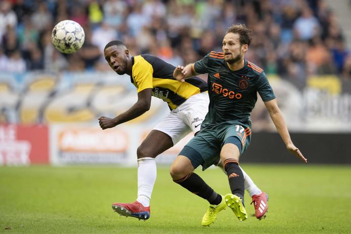 Daley Blind in duel met Riechedly Bazoer. Ajax speelde in de eredivisie met 2-2 gelijk tegen Vitesse.