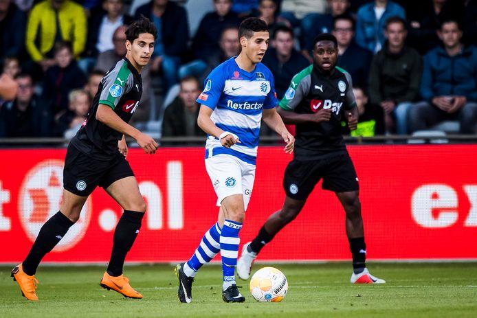De Graafschap-aanvaller Mohamed Hamdaoui zoekt een afspeelmogelijkheid in het thuisduel met FC Groningen.