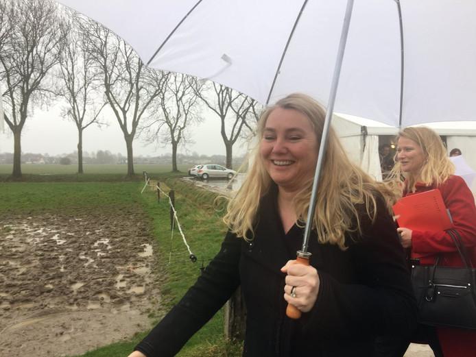 Minister Melanie Schultz van Hagen arriveert in Helhoek voor de ondertekening van het tracébesluit over de A15.