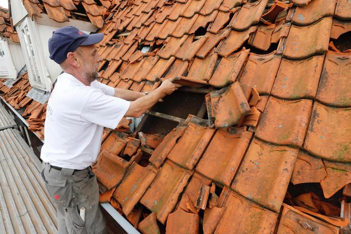 Dak wordt gerepareerd in Luyksgestel na noodweer.
