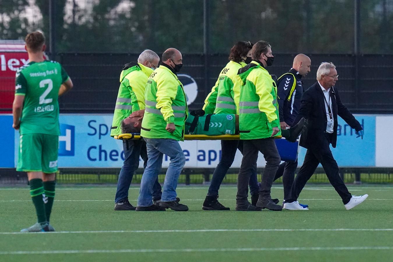 De Graafschap-aanvoerder Ralf Seuntjens wordt per brancard van het veld gedragen.