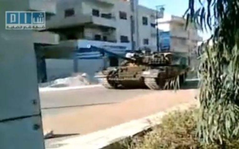 Videobeeld van een Syrische tank in Daraa (26 april 2011). EPA Beeld