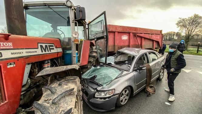 Tractor en personenwagen botsen bij inhaalmanoeuvre: bestuurder moet naar ziekenhuis