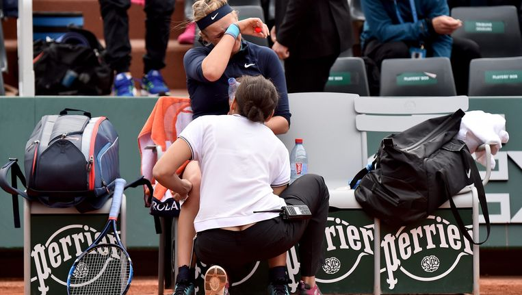 Roland Garros Handdoek.Victoria Azarenka Moet Meteen Handdoek Werpen Door Knieblessure