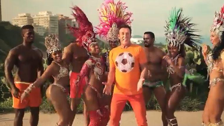 Gerard Joling in de videoclip van zijn nummer Rio Beeld Screenshot