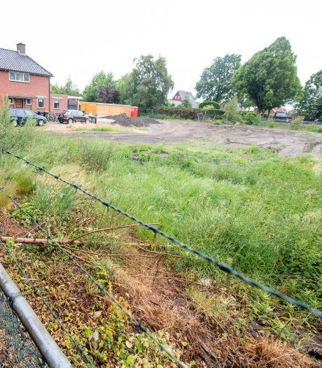 Rommelt de eigenaar van percelen in Vriezenveen met grond? 'We weten niet of het verontreinigd is'