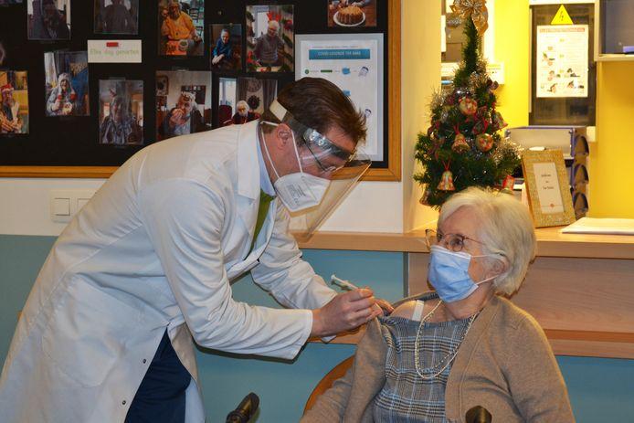 Marie-Louise Verbestel krijgt de eerste vaccinatie in woonzorgcentrum Ter Bake in Denderleeuw.
