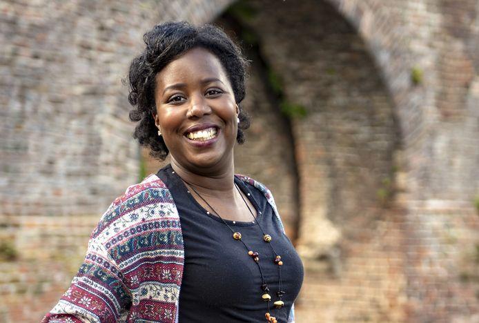 De Zutphense Naomi Montroos is schrijver van de tweetalige poëziebundel 'Regenboom'.