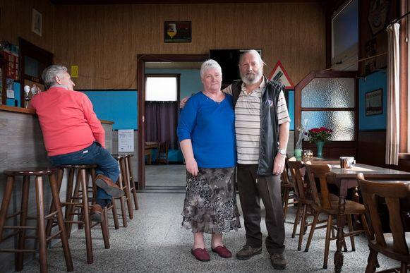Micheline met haar man Eddy in hun café. Een van de laatste klanten kijkt toe.