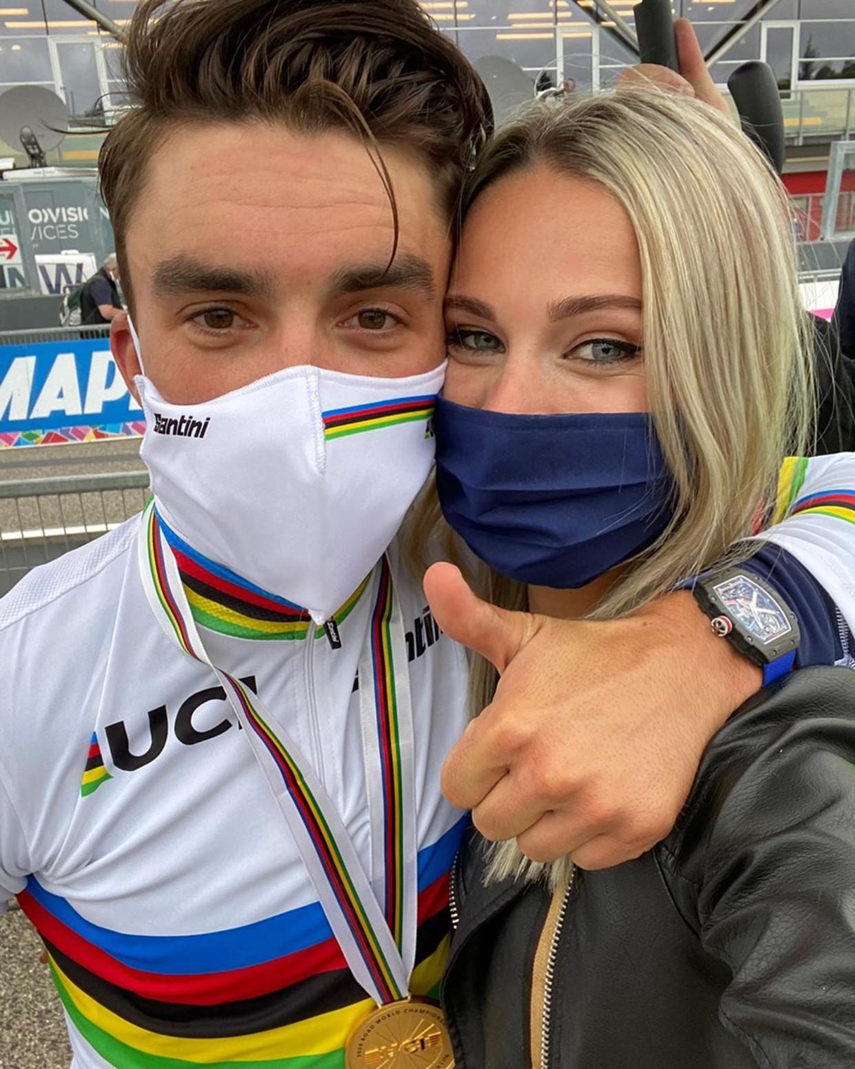 Julian Alaphilippe met zijn vriendin, ex-renster Marion Rousse, na het WK. Beeld RV