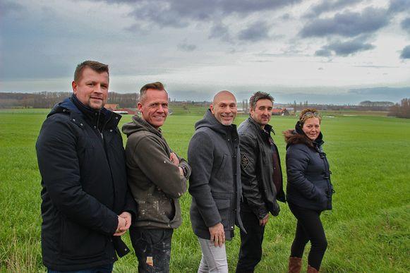 Organisatoren (vlnr) Gaëtan De Korte, David Van Den Bossche en Rudi Dejonghe samen met de eigenaars van het perceel, Christophe Debeuf en 'Joske' Durnez bij de plek waar het EK-dorp en de zomerbar komen.