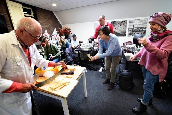 Een groep van buitenlandse journalisten bezocht in 2017 het Kaaspakhuis aan de Emmakade in Woerden.
