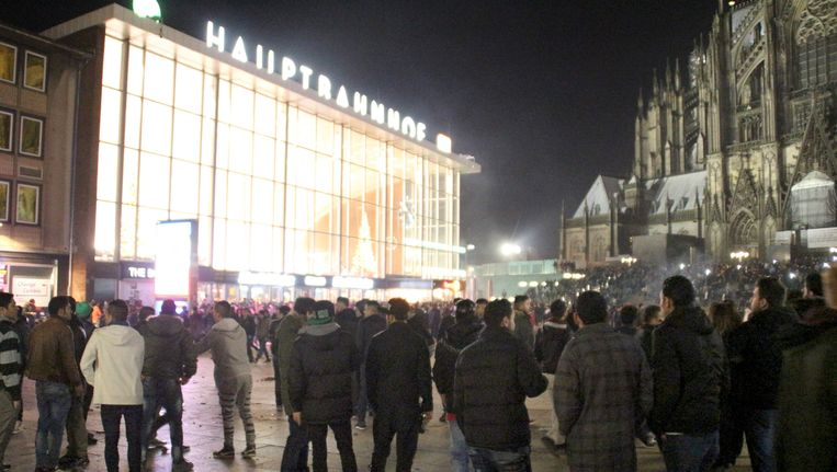 Het Stationsplein in Keulen tijdens de oudejaarsnacht. Beeld AFP