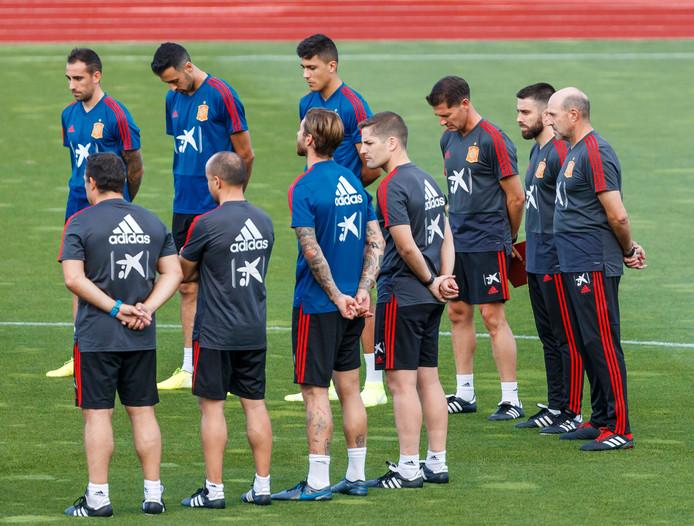 De Spaanse selectie rouwt nadat oud-bondscoach Luis Enrique zijn dochtertje is verloren.