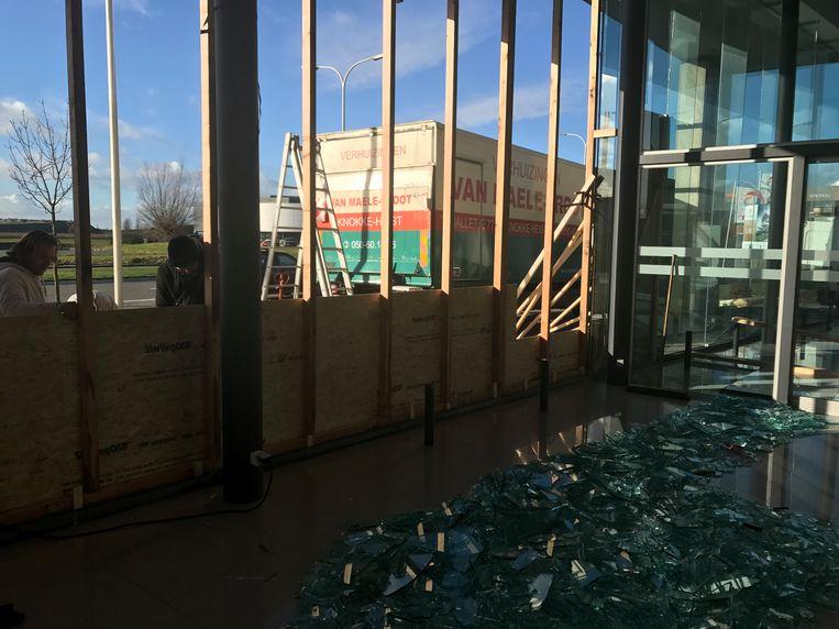 Een gespecialiseerde firma kwam ter plaatse om tijdelijk planken te plaatsen. Het zal ruim een maand duren voor het glas kan hersteld worden.