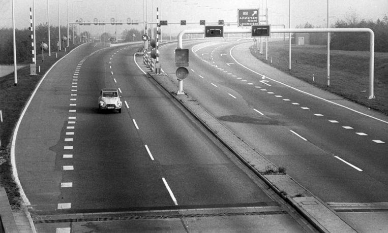 Coentunnel tijdens autoloze zondag, alleen een Duitse auto is op de weg, 4 november 1973. Beeld anp