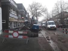 Breuk waterleiding zet Leusderweg in Amersfoort blank, bewoners en winkels voorlopig zonder water