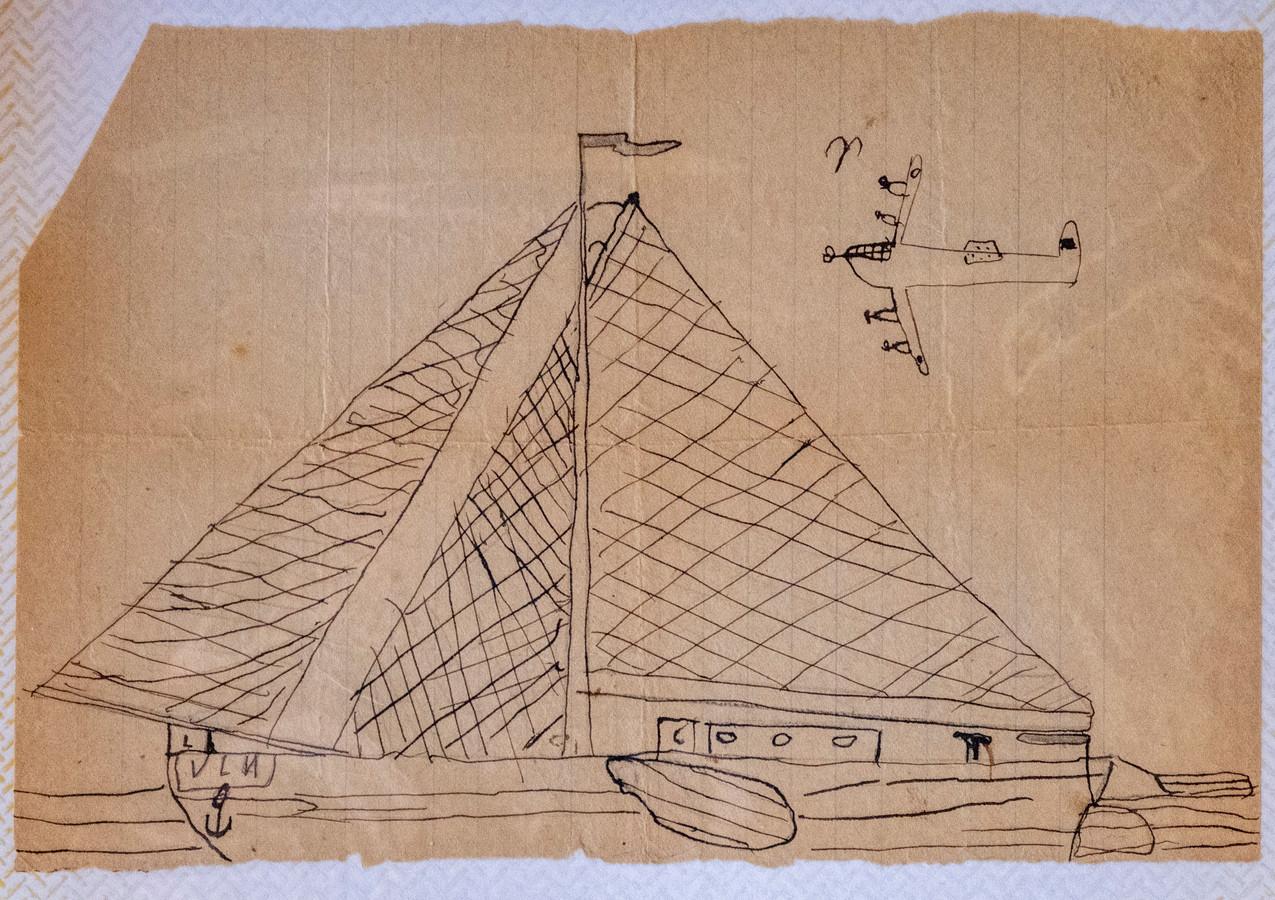 Tekening van Frans Bukkens, toen hij 7 jaar was: Vissersboot met bommenwerper erboven.