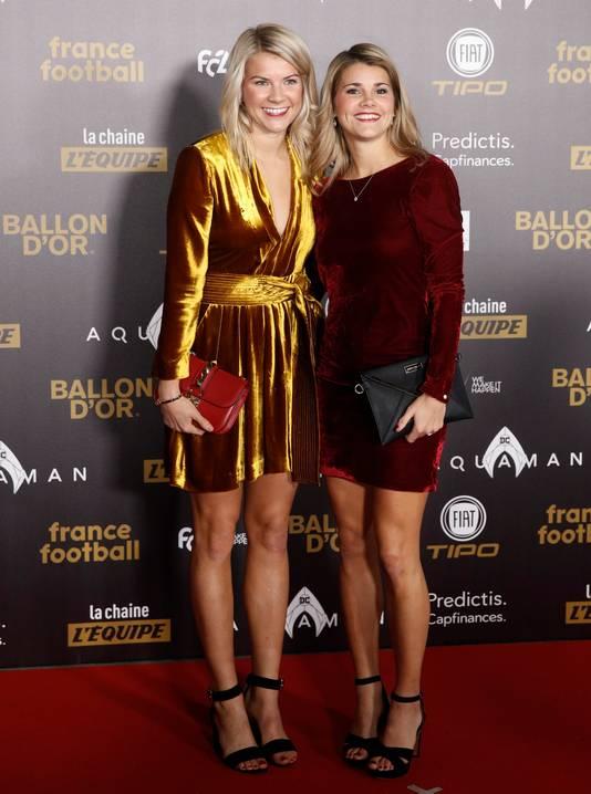Ada Hegerberg (l) samen met haar twee jaar oudere zus Andrine Hegerberg, die speelt voor Paris Saint-Germain.