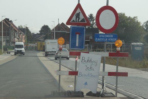 Signalisatieborden tonen dat de weg dood loopt.