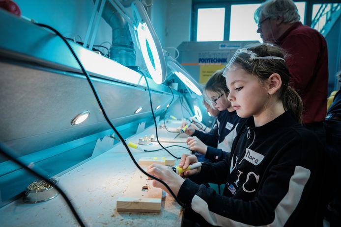 Leerlingen van Liemerse basisscholen krijgen sinds vijf jaar techniekles in lokaal TechnoPlaza op Landeweer. Ze leren onder meer solderen. Het initiatief is beloond met een Fedet Award. Foto : Jan Ruland van den Brink
