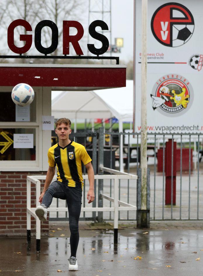 Gyan de Regt demonstreert zijn feilloze traptechniek voor de poort van zijn eerste club vv Papendrecht.