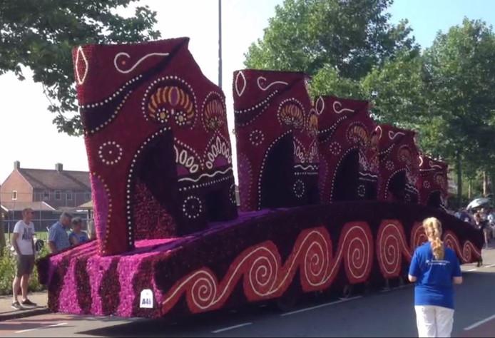 De uiterst strak vormgegeven parade van olifanten van de voetballende corsobouwers van MEC uit Miste.