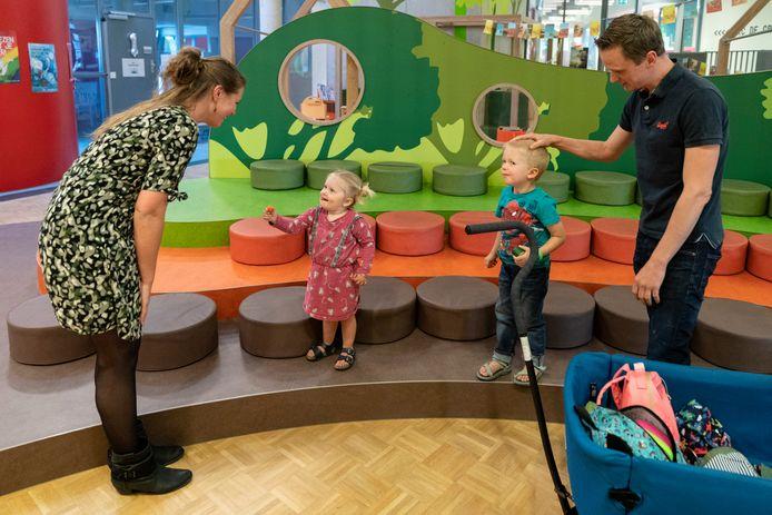Ook ouders die hun kinderen op komen halen bij Kindcentrum De Groote Wielen in Rosmalen bewaren 1,5 meter afstand.