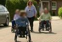 Moeder Maike B. aan de wandel met haar 'zieke' kinderen.