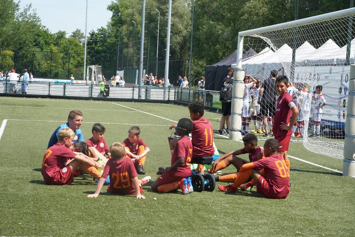 Voetbaltrainer Lars van Rijnberk kwam met het jeugdteam van de Kaaimaneilanden naar Nederland om deel te nemen aan internationale toernooien.