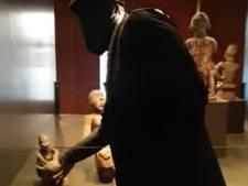 Activisten stelen houten beeld uit Afrika Museum 'om terug te brengen naar Afrika'