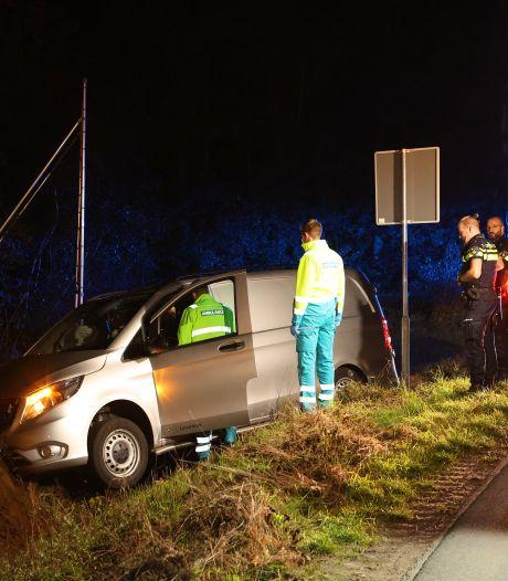Bestuurder vliegt uit de bocht op weg in Vlijmen en raakt gewond