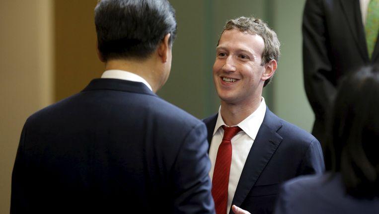 De Chinese president Xi Jinping praat met Facebook-topman Mark Zuckerberg op een bijeenkomst in Washington. Beeld REUTERS