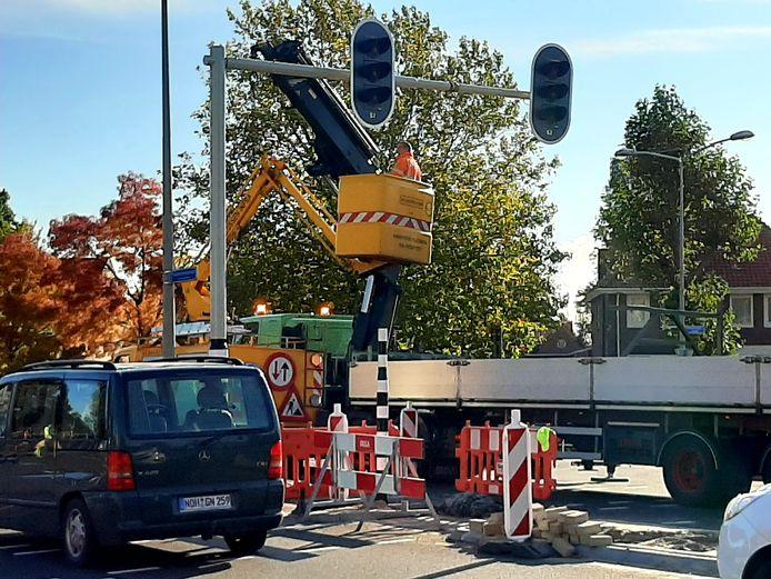 De complete regelinstallatie voor het verkeer wordt vernieuwd op de hoek van de Sluitersveldssingel en Ootmarsumsestraat.