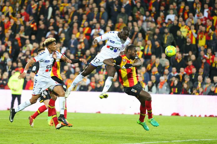 Strasbourg-verdediger Kader Mangane (12) torent boven de verdediging van Racing Lens uit.