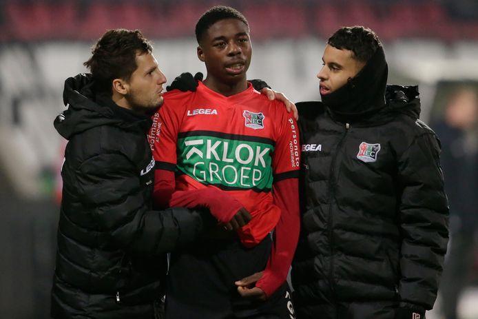 Anthony Musaba is direct na de wedstrijd tegen Jong FC Utrecht nog steeds teleurgesteld dat hij de grootste kans van de wedstrijd om zeep heeft geholpen en wordt opgevangen door Tom Overtoom (links) en Ayman Sellouf.