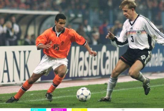 Dries Boussatta (links) in actie voor Oranje, tegen Duitsland.