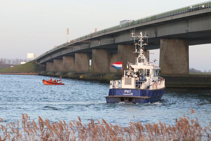 Onder meer door de politie wordt met een boot gezocht bij de Ketelbrug.