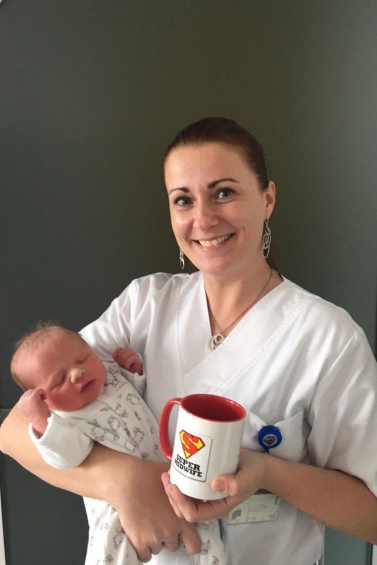 Luíz op de foto met Christine Carlier, de vroedvrouw die de bevalling begeleidde.