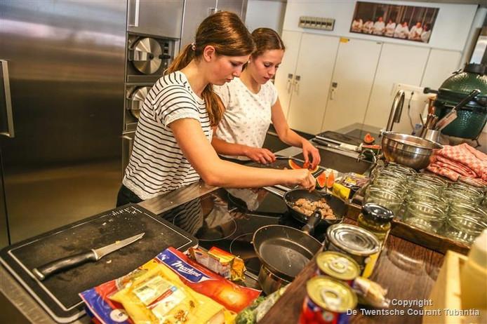 Joyce Jansen Smit (rechts) en Merle Companjen druk aan het koken tijdens de finale in de kookstudio van drie sterren-restaurant De Librije.