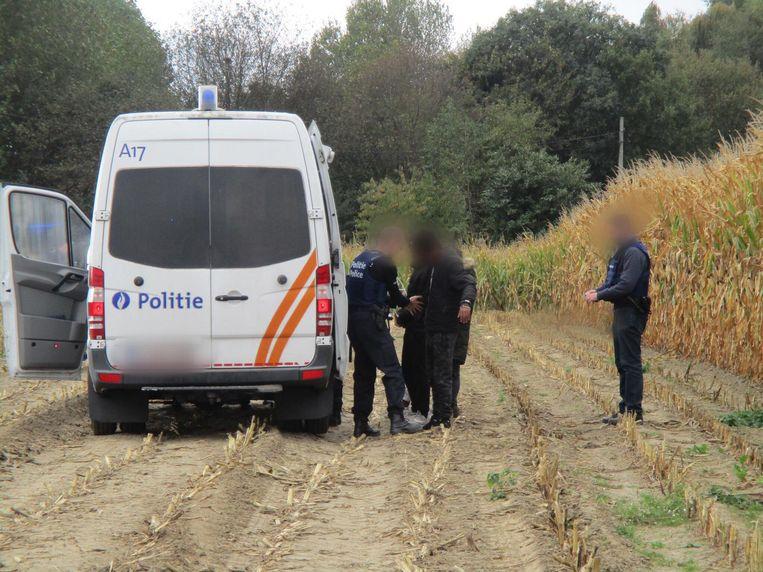 De agenten controleren een van de Eritreeërs.