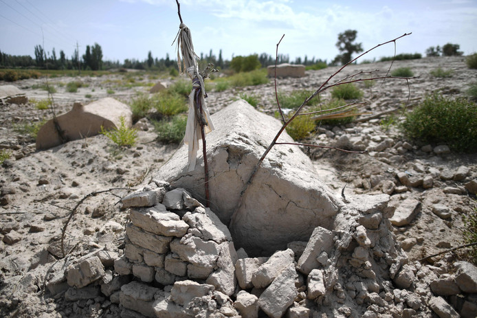 Een vernielde traditionele Oeigoerse begraafplaats in Xinjiang.
