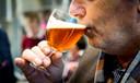 Een man proeft een glas Zundert.