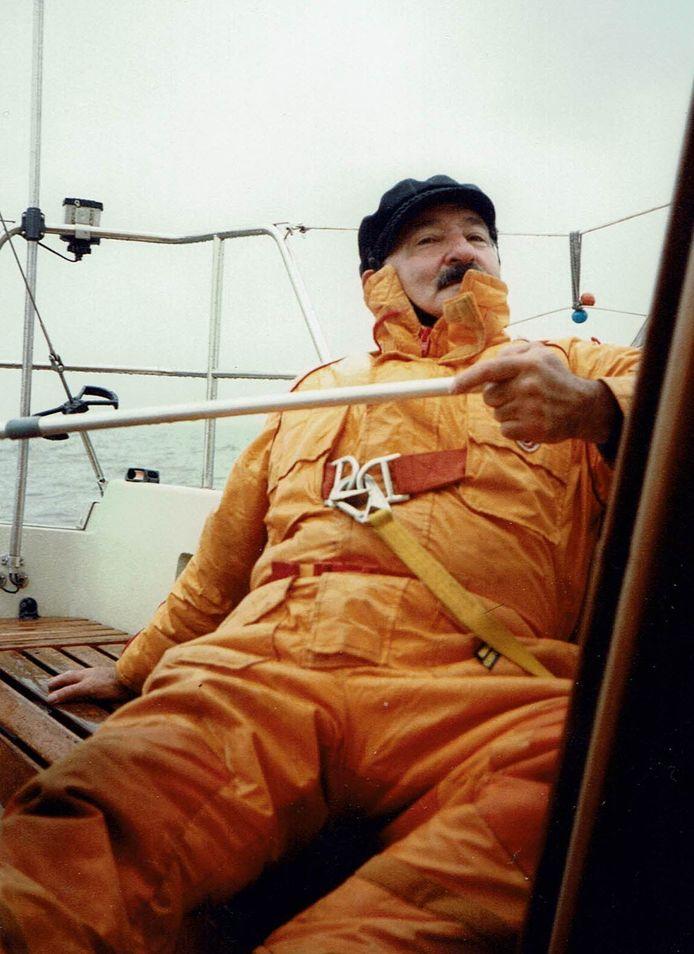 Louis Beumer op een zeilboot.