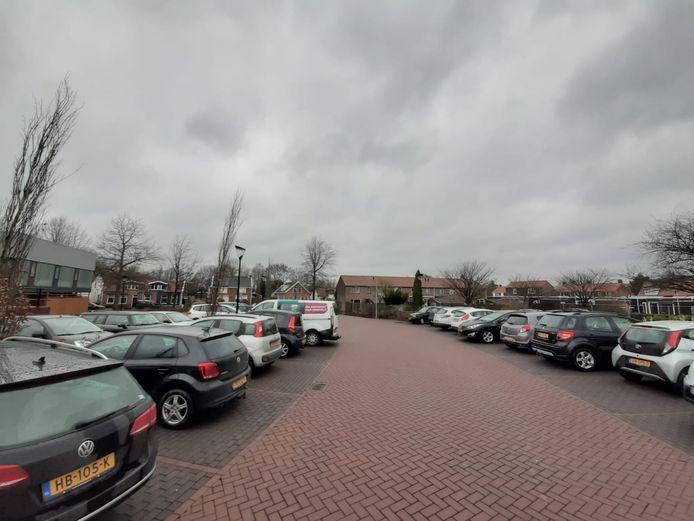 Een blokje huizen aan de Meidam in Kruiningen wordt gesloopt. De vervangende woningen worden een slag gedraaid. Daardoor kan de rechterrij parkeervakken worden doorgetrokken tot aan de Meidam.