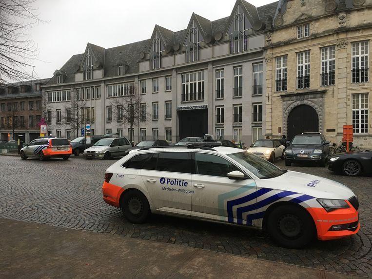 De politie hield een grote zoekactie in de buurt. Omdat er gevreesd werd dat de tiener zich in een school zou verschansen, werd de school afgesloten.