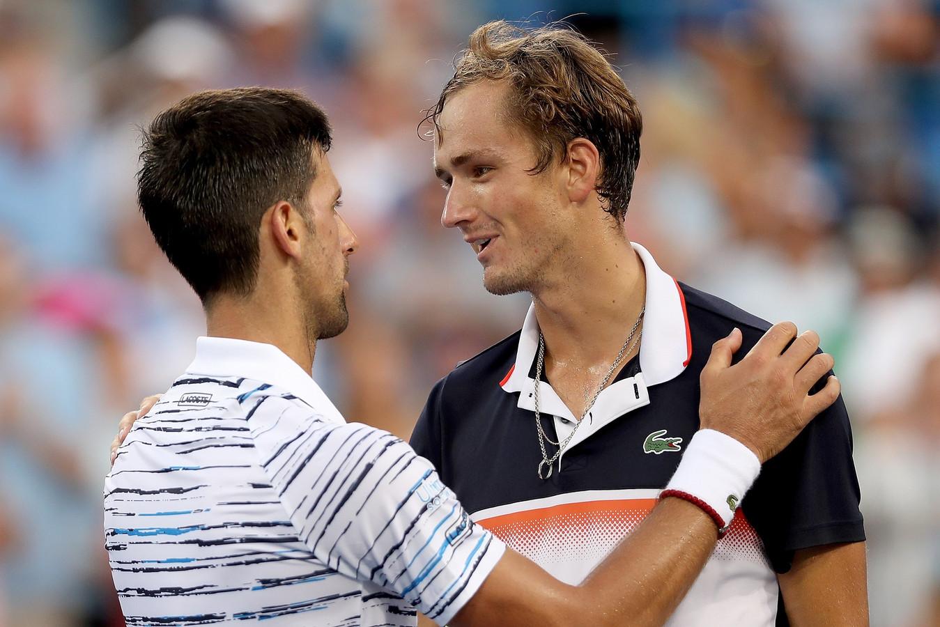 Djokovic feliciteert de Rus Daniil Medvedev met zijn overwinning.