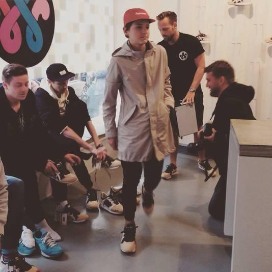 Niels is de eerste die de schoenen mag passen.